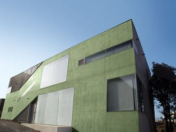 One of numerous cubeshaped private houses in the Heyri Art Village, which is characterized by green fair-faced concrete (chromium oxide green).